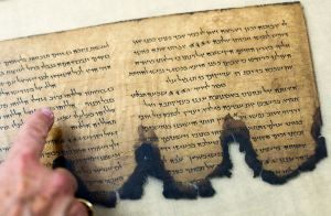 dead-sea-scrolls-digitized-pointing_27735_600x450